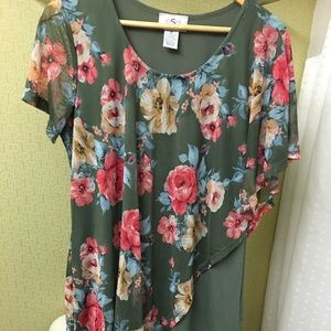 oSo Casuals green floral over top drapes  sleeve M